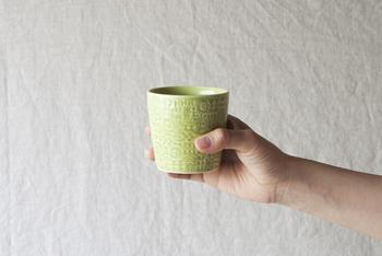 大阪を拠点に活動をする「バーズワーズ」。ディレクターの富岡正直さんと、陶芸家の伊藤利枝さん夫婦が2009年に始めたブランドです。鳥や花をモチーフにした陶磁器や紙製品などを作り続けていますが、数多くのアイテムの中でも代表的な作品が、この〈パターンドカップ〉。持ち手のないカップは、湯のみとしての使用もおすすめです。