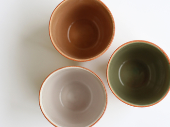 陶器製のカップは、どことなく和の雰囲気が漂う佇まい。外側はマットな質感と美しいグラデーション、内側はつるんとした質感に単色となっており、使う人にしか分からないコントラストが面白いですよね。