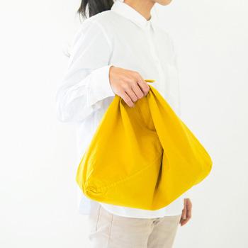 手頃な大きさが使いやすい吾妻袋です。毎日使うほどに草木染の変化を楽しむことができそうですね。吾妻袋はそれぞれに、ツートンカラーがかわいらしい染め分けタイプもあります。