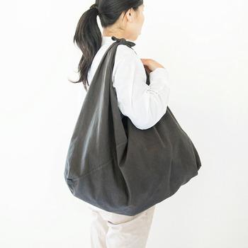 一枚布から作る吾妻袋は大容量でも安心の丈夫さ。毎日のお買い物にも重宝してくれそうです。