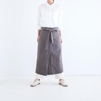 腰にさっと巻けるエプロンは柔らかな質感が意外なヘンプ生地。タイ北部の山岳民族のモン族が栽培し、アカ族が手織りで作ったと言う環境と社会に優しい素材です。