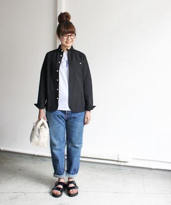 コンパクトなサイズ感のシャツ×ジーンズでつくる、毎日でも着たいoffスタイル。画像のように中にTシャツをインしたり、ボタンを上までとめたりと、色々な着こなしを楽しめそうです。