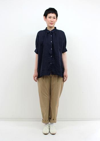 1枚あると便利な、黒リネンのシャツで大人カジュアルに。上までボタンをとめてもラフにきまるので、気軽にシャツを楽しめます。