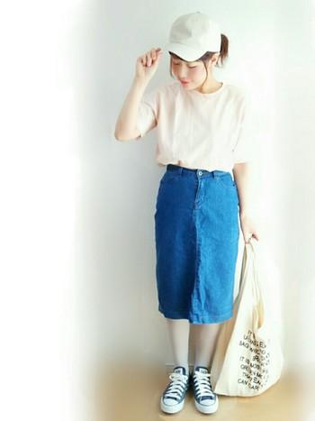タイトスカートはちょっとセクシーなイメージがありますが、デニムスカートならカジュアルにも着られてオススメです。シンプルなTシャツと合わせたいですね。