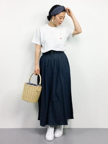 白Tシャツに濃いめの色のデニムスカートを合わせた究極にシンプルなコーディネート。シンプルなコーデのときはカゴバッグなど、小物で遊ぶのがいいですね。