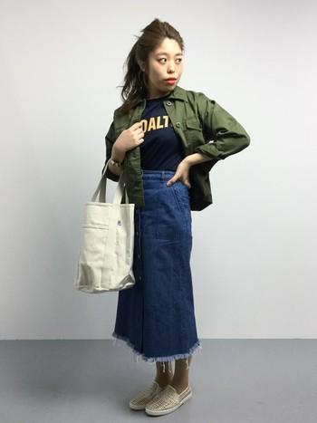 こちらも今年流行のカーキとデニムスカートを合わせたコーディネートはやっぱり今年っぽい。シンプルながらもオシャレな雰囲気に仕上がりますね。