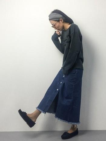 切りっぱなしデニムスカートのシンプルなコーディネート。ヘアバンドがアクセントになっていて素敵ですね。リラックスタイムにピッタリなコーディネートです。