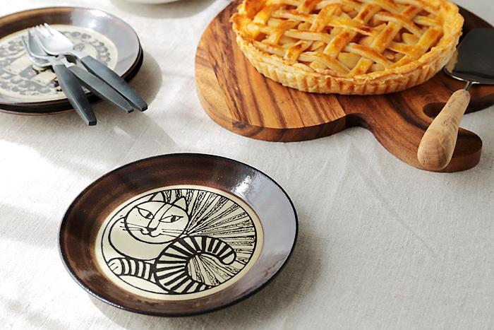 【絵皿(リサ・ラーソン×益子焼)】リサ・ラーソンと益子焼のコラボで生まれた、ヴィンテージライクな表情が素敵な絵皿。シックなカラーや土のぽってりとした風合いが温かみがあって、普段の食卓でも使いやすくて重宝しそうです。たて掛けて、オブジェのように飾ってみてもいいですね。