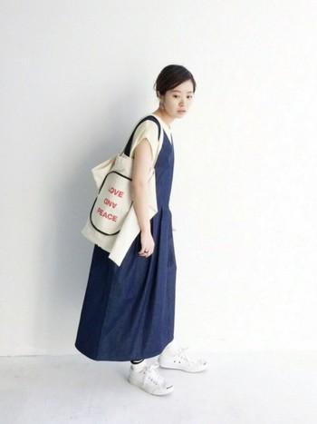 麻混素材の春ニット×ふんわりシルエットのジャンパースカートで、優しい雰囲気に。春らしいおでかけスタイルの完成です。