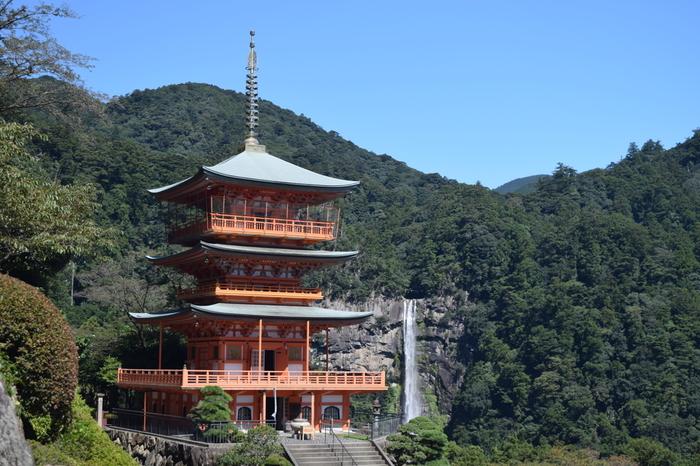 熊野那智大社からは、日本の滝100選に選定されていて、日本三名瀑(華厳滝、袋田の滝、那智の滝)の一つに数えられる那智の滝を遠望することができます。