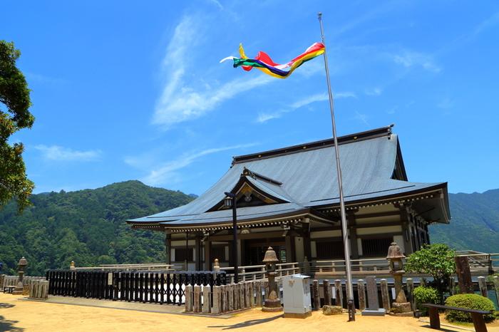青岸渡寺からは、熊野山に広がる素晴らしい眺望を一望することができます。