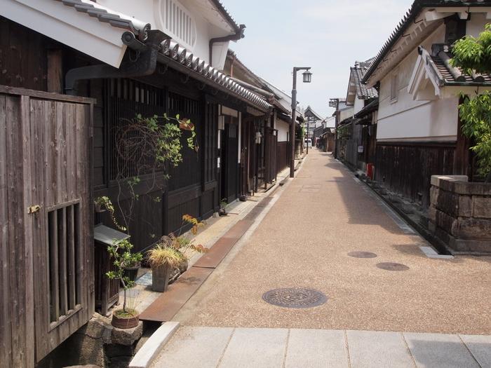 しんと静かな路地の両側には、白壁の漆喰が塗られた商家や町屋が軒を連ねています。今井町の路地を散策していると、まるで江戸時代にタイムスリップしたかのような錯覚を感じます。