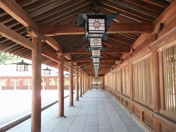 広い境内は、荘厳で静謐な雰囲気が漂っています。木造の柱で支えられた回廊は、参拝者を神域へいざなう誘導口の役割を果たしています。