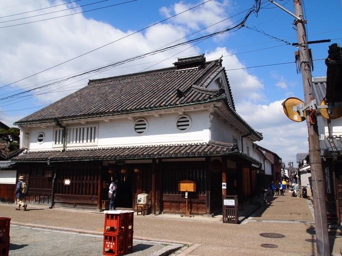 18世紀後半に造られた河合家住宅も、重要文化財に指定されている建物です。本瓦葺、白い漆喰の壁、丸い窓など優れた意匠が特徴的な河合家住宅は、数ある今井町の伝統的家屋の中でもひときわ目立つ存在です。ここでは、江戸時代初期頃から酒造業が行われ、現在も酒屋として営業が続けられています。
