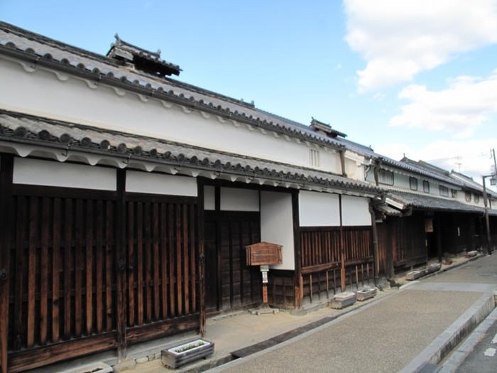 18世紀中頃に造られた旧米谷家住宅は、代々金具商、肥料商を営んでいた農家風の町屋です。旧米谷家住宅は、一般公開されているため内部を見学することもでき、江戸時代の町屋内部を見学することができる貴重な建造物となっています。