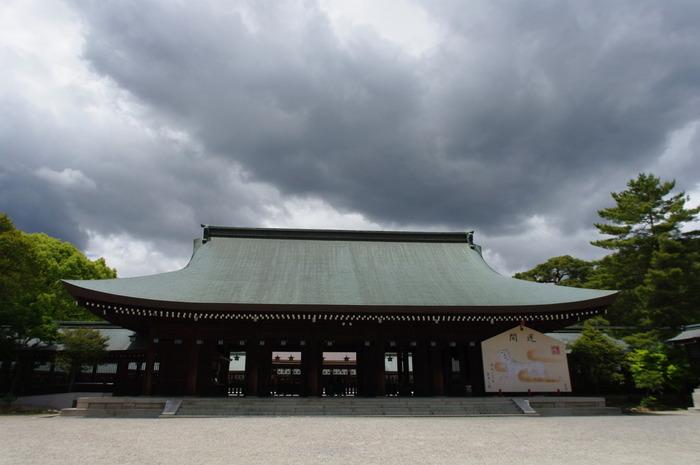 重要文化財に指定されている本殿は、1855年に京都御所内に造られた内侍所を移築したものです。重厚感あふれる建物と、大きな絵馬が圧倒的な存在感を放っています。