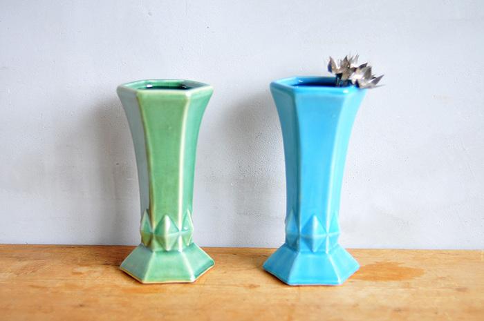 【フラワーベース(House Doctor)】同じく「House Doctor(ハウスドクター)」から、フラワーベースをご紹介。ツルンとした陶器の質感とアイスカラーがかわいらしい雰囲気。ちょっとレトロでガーリーなデザインがインテリアに映えます。