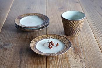 【アフリカ彫刻の小皿(羅以音窯)】福岡にある羅以音窯(らいおんがま)の小皿。1つ1つ手彫りで描かれた模様は、アフリカの紋様がモチーフになっています。土の臭いを感じさせるような素朴で優しい雰囲気が魅力的です。