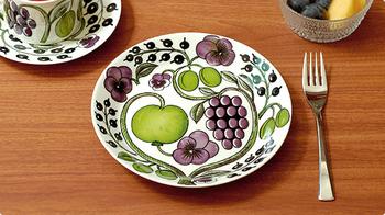 【パラティッシの絵皿(ARABIA)】フィンランドの伝統的な陶器ブランド、ARABIA(アラビア)のロングセラーシリーズ、Paratiisi(パラティッシ)のプレート。大胆に描かれた美しい絵柄は、日々の食卓に華やぎを与えてくれます。21cmあるので、普段のランチもメインディッシュも盛り付けやすくて、使い勝手にも優れています。