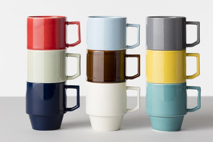 【マグカップ(HASAMI)】波佐見焼をスタイリッシュなセンスで表現する、「HASAMI」。こちらのカラフルなマグカップは、アメリカのミッドセンチュリーを彷彿とさせるレトロ・モダンな雰囲気が魅力的。何個か集めても重ねることができるので、収納しやすくて便利です。