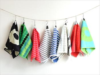 【タオル(マリメッコ)】マリメッコの可愛らしいテキスタイルがゲストタオルに。ハンドタオルより大きくスポーツタオルより小さいサイズは使い勝手が良く、夏のお出かけシーンにそっとカバンに忍ばせておくと安心。ル―プをフックに引っかけて吊るしたときのバランス感も絶妙です。