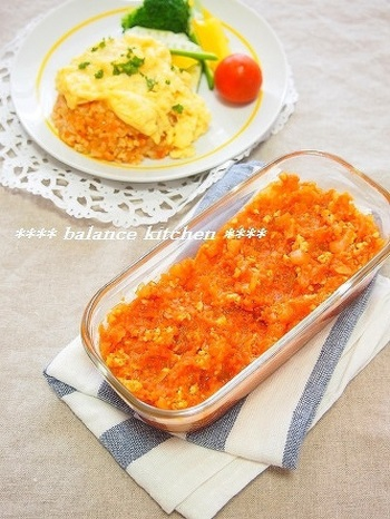 野菜がたっぷり入った、オムライスの素。これに温かいご飯を混ぜるだけでチキンライスの出来上がり。あとはスクランブルエッグをのせるだけです。お子さんとのランチにも便利ですね。