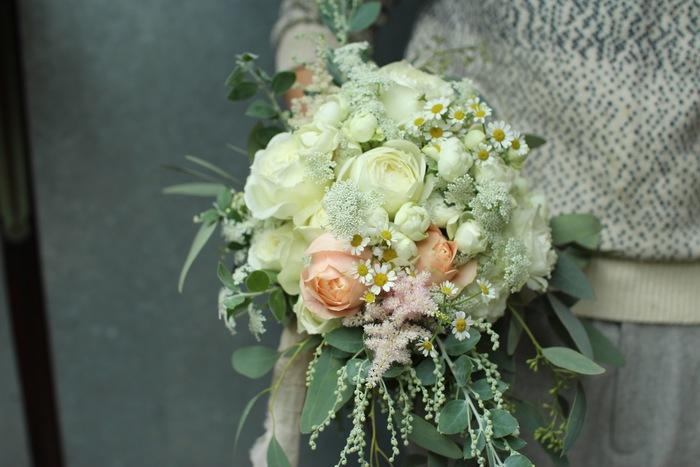 「アレンジするとき主役は花だけじゃない。枝や葉を何種類も入れることでよりお花が引き立たつように気をつけています」と絵美さん。修行時代、お店のオーナーさんから受けた大切なことです