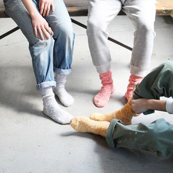 ソックスとシューズのコーディネート、いかがでしたか?まずは何にでも合わせやすいシンプルなソックスを。履き慣れたらカラーや素材を楽しみながら、さまざまな靴やサンダルと合わせてみてください。足元のおしゃれが、コーディネートの幅をぐっと広げてくれますよ。