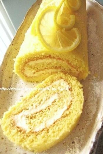 レモン色が鮮やかなロールケーキ。生地とクリームにレモンを贅沢に使ったレシピです。クリームチーズ、レモン、はちみつを使用したクリームが爽やか♪ふんわりとした口当たりを楽しめます。
