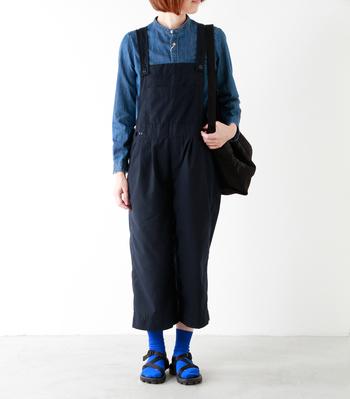 """カラー展開も豊富な""""RUN""""。ベーシックな色を履きこなせるようになったら、こんなブルーもおすすめです。同系色のシャツを合わせれば上手にまとまりますよ。  革靴やスニーカー、サンダルまで、どんなシューズにも似合う優秀ソックスです。"""