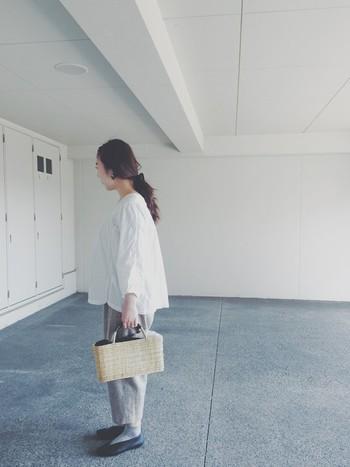 淡い色をふんだんに使ったコーディネートのアクセントにかごバッグを。ポカポカ陽気がとっても似合う、ふんわりナチュラルなコーディネートです。