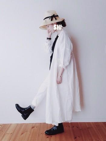 パンツスタイルにワンピースをさらっと羽織ったモノトーンコーディネートに、麦わら帽子をかぶることでさわやかな印象に。ソックスで取り入れたグレーの指し色が、黒と白をグラデーションのように繋ぎ、コントラストが強くモードな印象のモノトーンコーデをやわらかい雰囲気にしています。