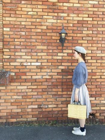 かごバッグを合わせるならやっぱりスカート。ブルー系で統一したさわやかなコーディネートにワランワヤンのかごバッグであたたかみをプラスした、ヨーロッパの街並みにぴったりのコーディネートです。