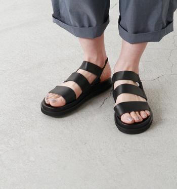 太ベルト3本がパッと目を引くメリハリのあるモダンなデザインのサンダルは、素足でも靴下と合わせても可愛く履けそうですね。