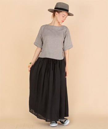黒リネンのスカートはロング丈がおすすめ。重くなりすぎないので、風に揺られて可憐にきまります。履きなれない人は、ますはTシャツと合わせてシンプルにまとめてみましょう!
