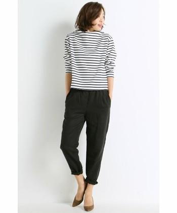 柔らかい素材で履き心地の良いパンツスタイル。カジュアルになりすぎないのは細身の魅力、かっちりしすぎないのは黒リネンのおかげ♪