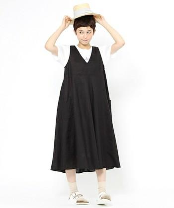 Vネックのふんわりとした黒リネンワンピースは、ゆったりとしたフォルムで着るのがおすすめです。インナーは白Tで爽やかに♪