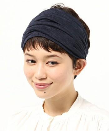 ヘアバンドはコーデのアクセントに使うととってもお洒落。シンプルな黒リネンのヘアバンドなら、初心者さんにも取り入れやすいかもしれません*
