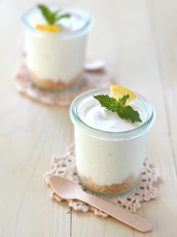 クリームチーズの代わりに水切りヨーグルトでつくる、レアチーズムースのレシピ。レモンのさっぱりとした味わいが、暑くなるこれからの季節にぴったり♪