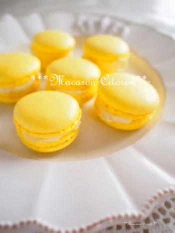 憧れのマカロンを、レモン色でよりかわいく。難しいイメージのあるマカロンですが、市販のマカロンミックスを使えば初めてでもきれいに焼くことができますよ♪