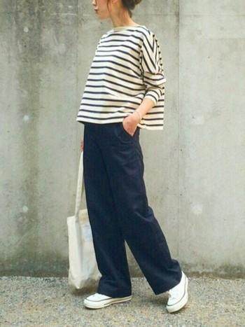 ネイビーのカジュアルな着こなしといえば、真っ先に思い浮かぶのがマリンスタイルですよね。ボーダートップス×ワイドパンツに、キャンバススニーカーを合わせるのが大定番。