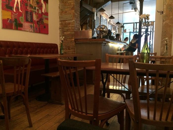 作家や画家が愛するもののひとつ、カフェ。こちらはOberkampfにあるカフェです。ゆったり落ち着ける空間で美味しい紅茶がいただけます。(筆者撮影)