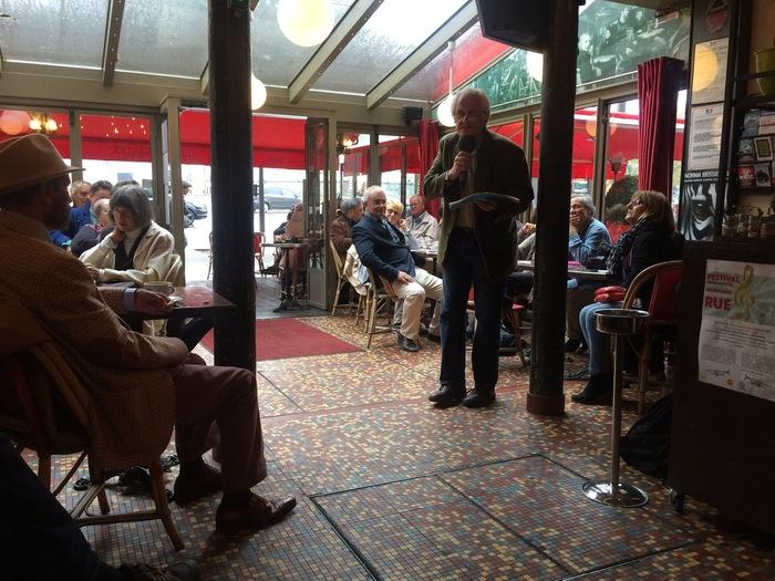 日曜日に開かれる哲学カフェの様子です。哲学者が司会として議論を進行しています。この日のテーマは「絶対的な礼儀正しさとは何か」でした。(筆者撮影)