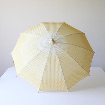 とうもろこしのようにふんわりとした雰囲気の日傘。優しいイエローが日差しを和らげてくれます。