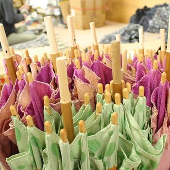槙田商店のある山梨県郡内地域は、江戸時代に発達した、薄手の非常に美しい織物「甲斐絹(かいき)」という織物があります。慶応2年創業の槙田商店は、そんな甲斐絹織物がルーツになっています。