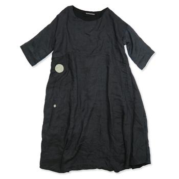 ナチュラルな風合いが素敵なリネンは、キナリノ読者のみなさんも大好きな素材かもしれませんね。黒のファッションも、リネンならば他の素材にはマネできない優しい感じに仕上がります。