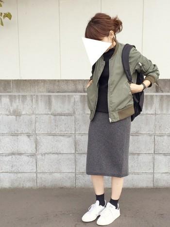 MA-1などカーキのジャケットはこの春の流行アイテムですね。カーキ×ブラック×ホワイトのしっくりくるバランスの良いカラーコーディネートが◎