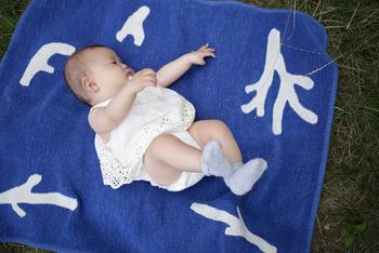 ミニサイズは日常で気軽に使いやすい大きさ。肌触りの良さと柔らかさは、赤ちゃんのおくるみやブランケットとしても最適。もちろん、大人の膝かけとしても便利です。