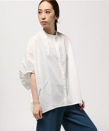 コクーンシルエットが個性的でかわいい台衿シャツ。滑らかな曲線を描くデザインが体型をカバーしつつも、女性らしいやわらかな印象に仕上げてくれます。袖口のタック使いなど細部にまでこだわりが詰まった一枚は、デニムでシンプルに着こなしても素敵。