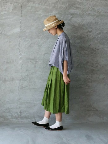 """こちらは大人カジュアルな雰囲気のギンガムチェック。ストローハットと若草色のリンネスカートを合わせた、爽やかな夏コーデです。ピッタリサイズを選んでもゆったりとラフに着ることができ、そのうえ""""こなれ感も""""出せるのが嬉しい♪"""
